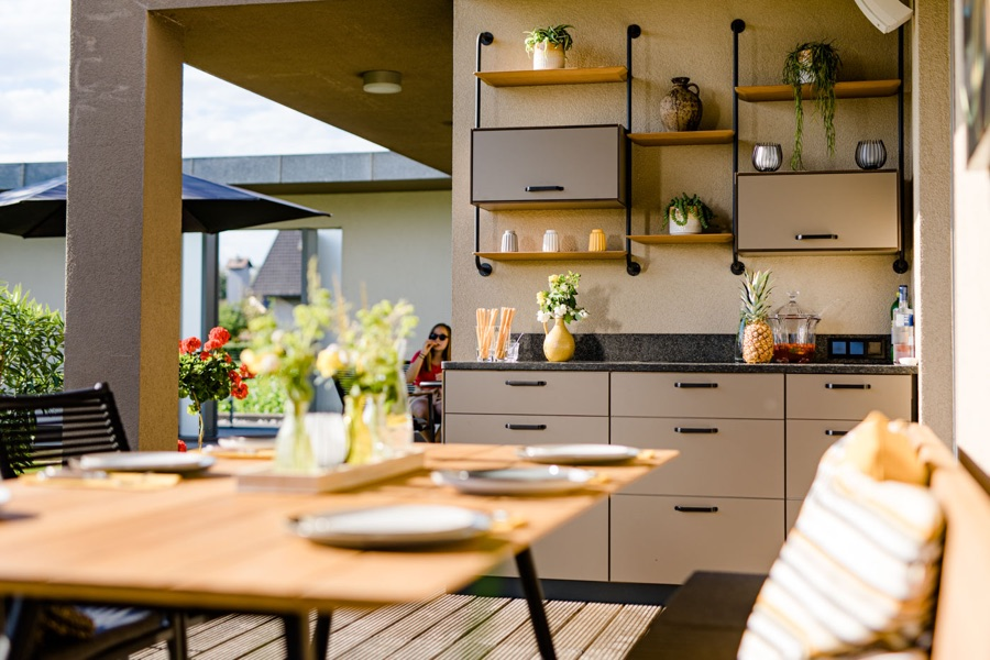 Outdoorküche an Wand befestigt