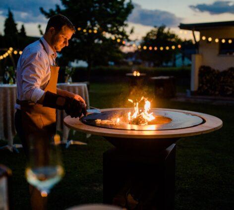 Ofyr Griller bei Nacht im Garten