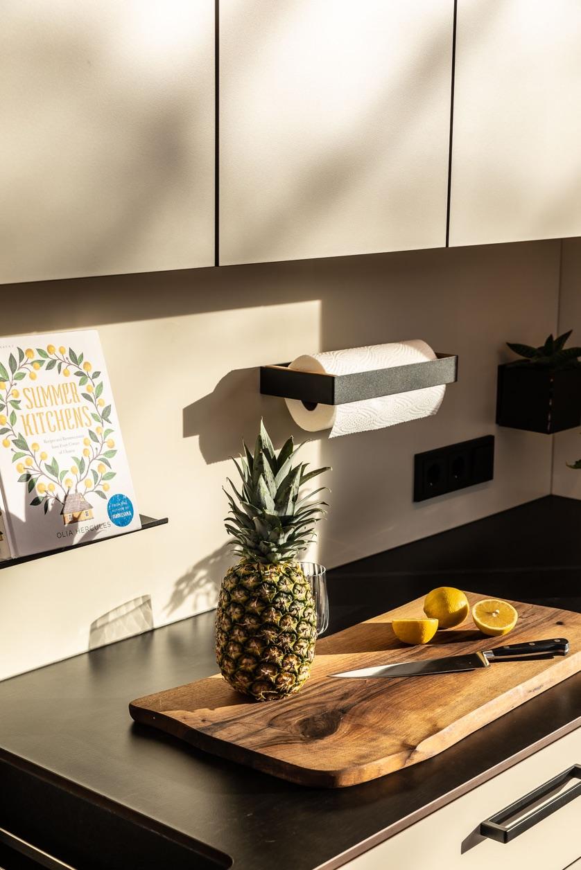Freiraumküche Arbeitsplatte Schneidbrett Ananas Zitronen